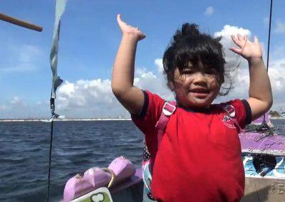 Aku suka naik perahuuuu!